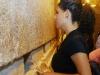 """מוריה מימון (22) משדרות, שביתה נהרס מנפילת קאסם, מבקרת במנהרות הכותל . מוריה ו-4 אחיה , יחד עם עשרות משפחות, משתתפים בתכנית מיוחדת למען תושבי שדרות, שמאורגנת על ידי חברי התנועה הציונית האמריקאית – ארגון הגג של ציוני ארה""""ב- במהלכה ביקרו תושבי שדרות בירושלים """"וקינחו"""" בבילוי בסופר לנד בראשון לציון.  בימי ראשון שני ושלישי התנועה הציונית האמריקאית וההסתדרות הציונית העולמית ידאגו להוציא מאות משפחות משדרות ל""""ימי כף"""", מחוץ לטווח נפילת הקאסמים"""